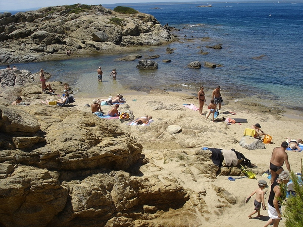 Es posible extender la toalla sobre la Punta de l'Omella, en la Playa del Bonifaci, ya que hay zonas de arena que permiten tumbarse al sol
