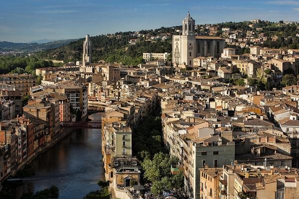 Girona es la capital del Ampurdán. Aquí el Día de Sant Jordi se celebra con una especial pasión cultural y catalanista.