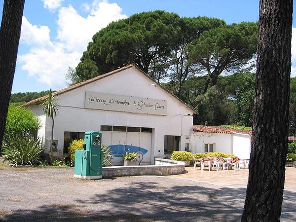 La Colección de Automóviles Salvador Claret se encuentra en la localidad de SIls, junto a la Carretera Nacional N-II, y abre de jueves a domingos