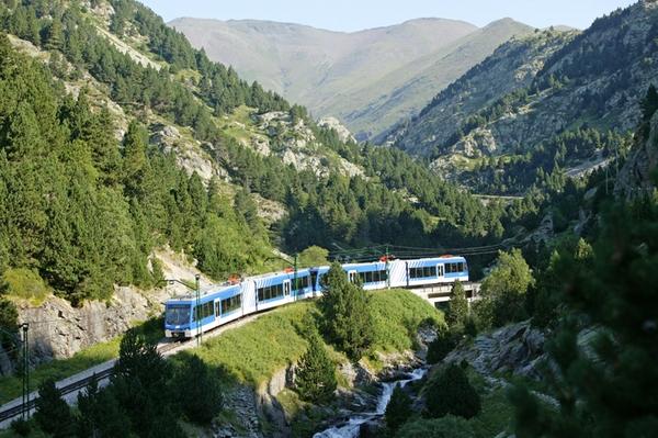 El tren Cremallera, en realidad un moderno funicular capaz de remontar estas montañas, nos permite llegar hasta el Valle de Núria a partir del centro del pueblo de Queralbs. Esta linea fue inaugurada en 1931 y ya os podéis imaginar la belleza de los paisajes que recorre hasta llegar al valle.