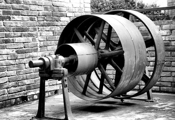 La Fábrica de Celrà muestra todavía piezas que en el pasado formaron parte de la cadena de producción de la empresa, como esta turbina.