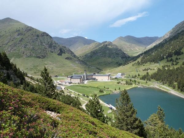 El Santuario de Nuria, el lago y las montañas que lo rodean. Una imagen difícil de olvidar para todos aquellos que han tenido la oportunidad de visitar esta zona de los Pirineos, nada lejana de la Costa Brava si además aprovechamos para pasar una noche.