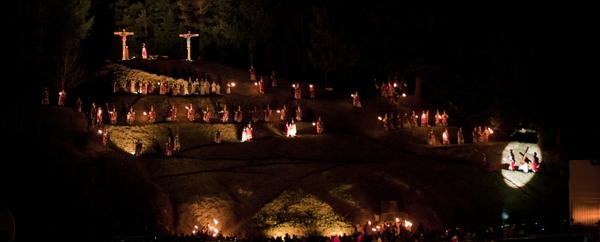 La parte final del Via Crucis representa el monte Calvario o Gólgota. Con un gran trabajo de iluminación el Via Crucis de Sant Hilari representa la etapa más emotiva: la crucifixión de Jesus de Nazareth