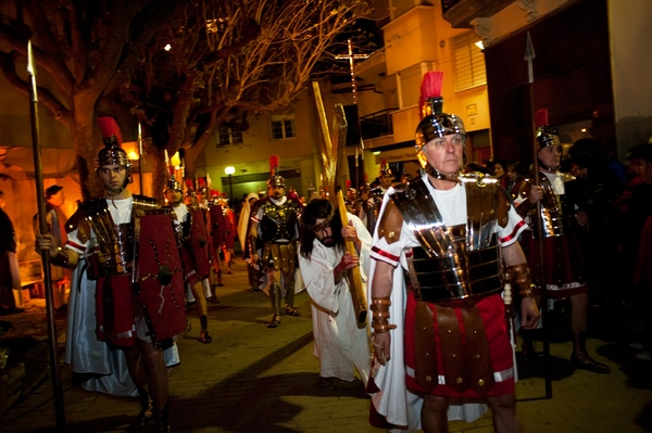 Sobre las calles de Sant Hilari de Sacalm transcurren las etapas de este Via Crucis. Los soldado romanos escoltan al prisionero que se dirige al monte Gólgota.