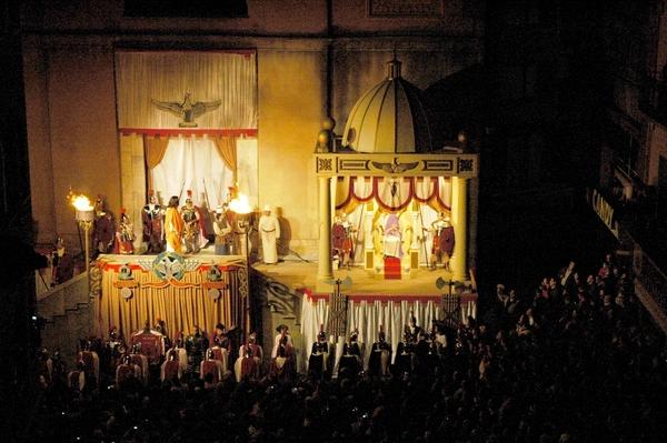 El Via Crucis Viviente de Sant Hilari de Sacalm es un espectáculo teatralizado sobre la Pasión de Cristo y se celebra cada Viernes Santo en esta localidad de la Costa Brava interior