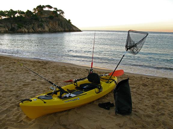 El pescado de roca, típico de la Costa Brava, vive cerca de la costa, y por ello a menudo es capturado con caña e incluso mejor con kayak, de manera completamente artesanal