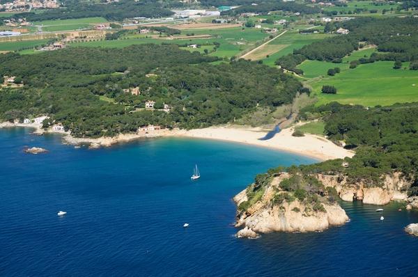 El Mas Juny se encuentra en la parte izquierda de la Playa Es Castell (lado sur), en Palamós, y durante el siglo XX fue lugar de encuentro de muchas celebridades durante el verano
