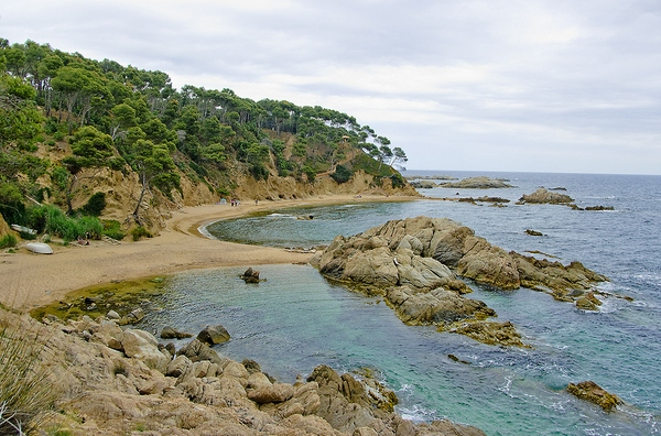 El Espacio Natural Castell-Cap Roig cuenta con una de las calas más conocidas de la Costa Brava, Cala Estreta, de gran valor paisajístico, en Palamós