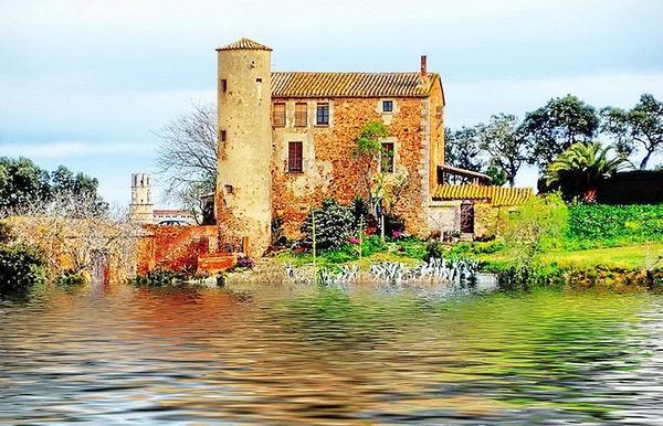 El pequeño pueblecito de Ermedàs, entre Palafrugell y Palamós, conserva un aire medieval y sabemos que fué incluso ocupado en época romana. Este edificio corresponde a la Torre Roja.