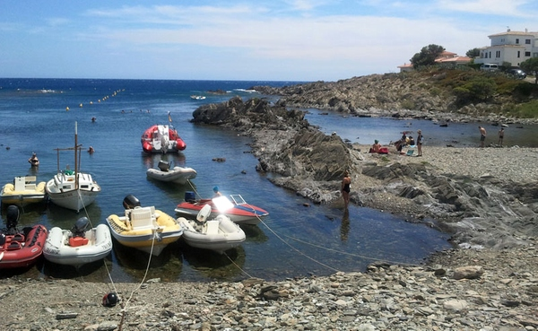 Playa Caials muestra una superficie irregular de grava y rocas. Sin embargo muestra una cierta animación, impulsada por los amantes del submarinismo en Cadaqués y los alrededores.