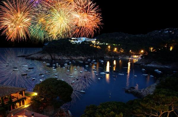 La Noche de San Juan es una noche muy especial que se celebra en toda la Costa Brava con fuego, pirotecnia, pasteles de coca y champán. Comienza el verano.