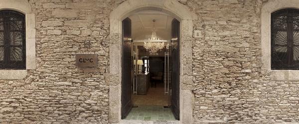 Casa Can Pallí, en Begur, en la actualidad el moderno y reformado Hotel Cluc, una antigua casa indiana, forma parte también de la Ruta Vinyoli, ya que el poeta pasó aquí algunos veranos