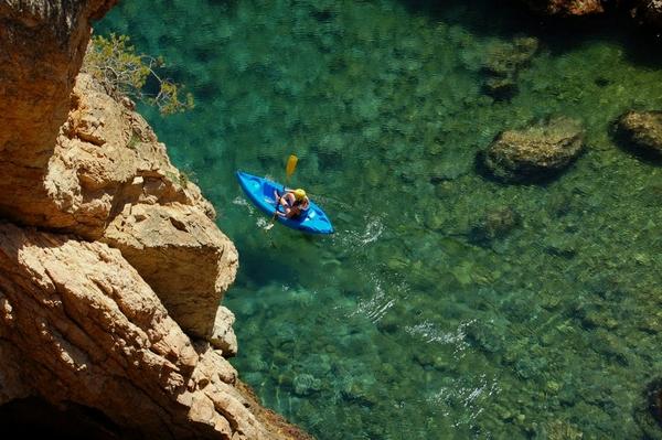 Una de las actividades preferidas por los amantes del Espacio Natural Castell-Cap Roig es la práctica del kayak a través de sus costas rocosas, que pueden ser alquilados, por ejemplo, en la vecina playa de Es Castell, Palamós