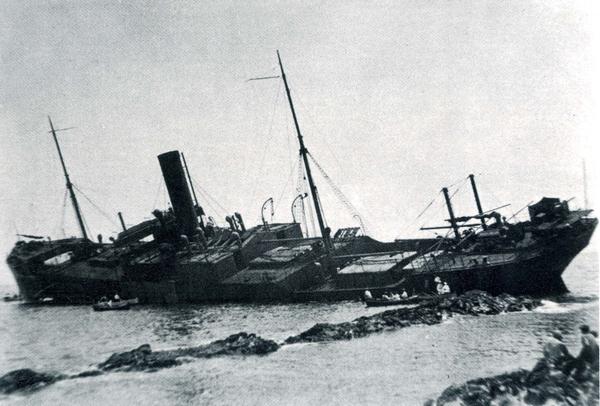 1917. El barco Llanishen embarranca frente a la Playa Caials, en Cadaqués. Poco después comienzan los trabajos de desballestamiento.