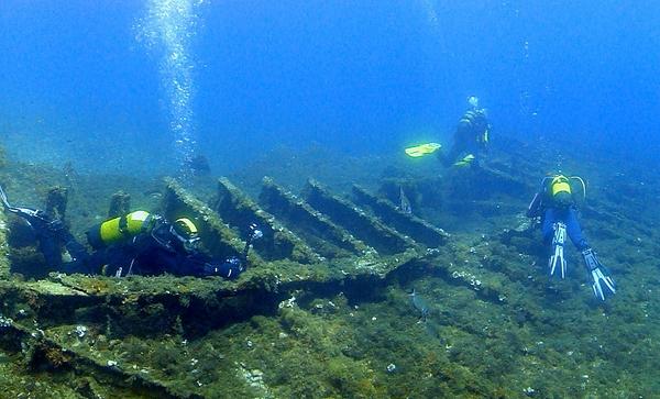 Un pequeño paseo submarino sobre los restos del pecio Llanishen, bajo las aguas de Playa Caials, en Cadaqués, Cap de Creus, Costa Brava