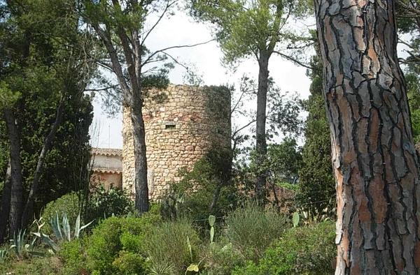 La torre de defensa del Mas Juny fue erigida en los siglo XVI-XVII para que los habitantes de la casa pudiesen refugiarse en ella ante los frecuentes ataques de los piratas en esta parte del Mediterráneo