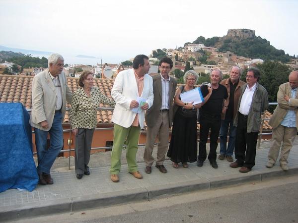 En el año 2009 fue inaugurado, cerca de la Plaza Forgas de Begur, el Mirador Vinyoli, con la presencia del antiguo presidente de la Generalitat Pasqual Maragall (primero a la izquierda), que veranea todos los años en el Ampurdán