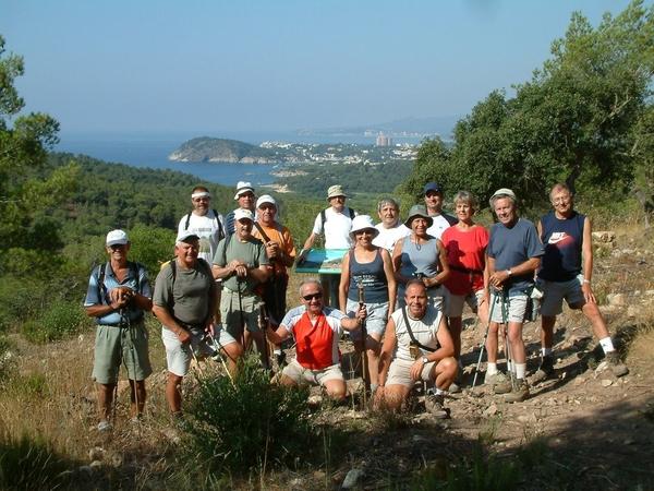 El recorrido hacia el Mirador de Roques d'Ase, entre los pueblos de Palamós, Mont-ràs y Calella de Palafrugell, se puede realizar en familia o en grupo sin ninguna dificultad a través de los bosques que conforman el Espacio Natural Castell-Cap Roig, en la Costa Brava centro