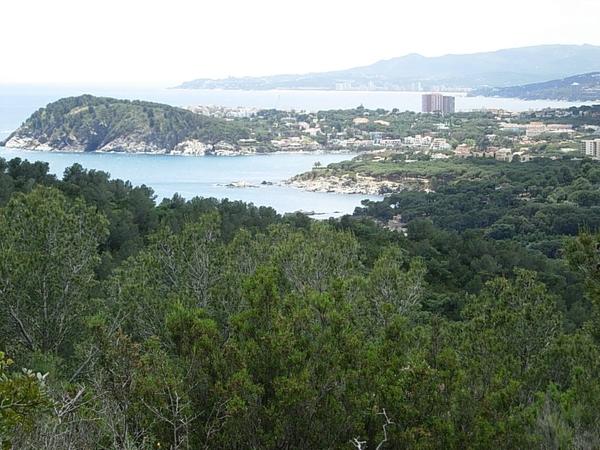 Desde el mirador Roques d'Ase podemos contemplar el sur de la Costa Brava: la playa Es Castell en primer término, Cala s'Alguer, la montaña del Cap Gros, el pueblo de Palamós, Platja d'Aro por detrás... y a la derecha las montañas de las Gavarras