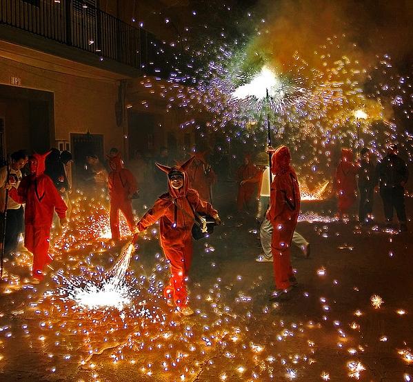 La Verbena de San Juan se celebra en cada localidad de Gerona y la Costa Brava, también con celebraciones urbanas como por ejemplo estos 'correfocs' de jóvenes vestidos de diablos