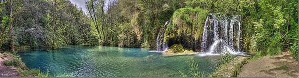 Imagen panorámica del conjunto formado por la cascada de agua Gorg del Molí dels Murris, que se encuentra en el río Riera de Cogolls a su paso por Les Planes d'Hostoles, en la Garrotxa