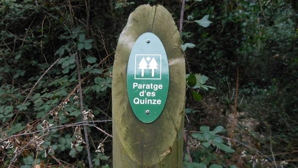 Aquí vemos señalizado el inicio o entrada al Paraje de Es Quinze junto al Mas Pinc, y cuyo sendero nos conducirá hasta la Cala Aiguafreda en un tiempo de 45-75 minutos.