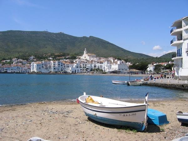 Playa Es Pianc, en Cadaqués, Costa Brava, se encuentra centra del centro del pueblo, en la misma bahía