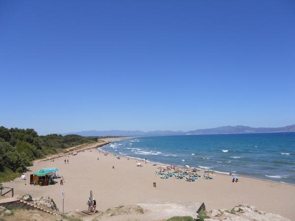 Aquí podemos ver la playa de Riuet, en l'Escala. Más allá, al norte, se extiende ya el arenal de la Playa de las Dunas, en dirección Sant Pere Pescador