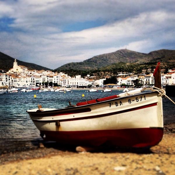 Podemos ver pequeñas embarcaciones de recreo y también de pesca sobre la arena de la Playa de Es Pianc, en Cadaqués