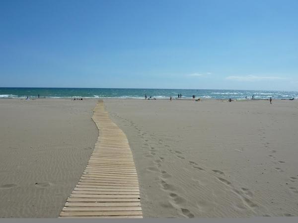 La Playa de les Dunes, en Sant Pere Pescador, al norte de la Costa Brava, es un manto de arena fina y dorada, con una pendiente de acceso ligera