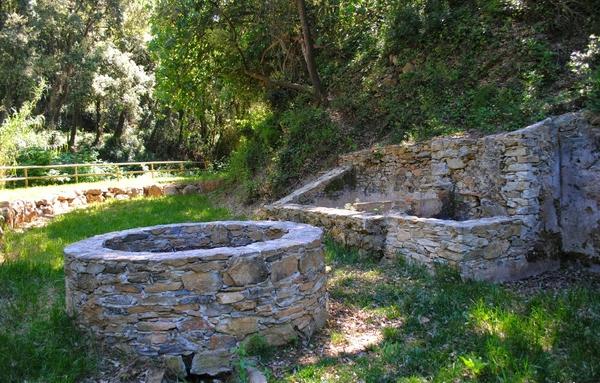 También muy cerca del Mas Pinc de Carmen Amaya se encuentran estos antiquísimos lavaderos con su pozo de agua, y que dan nombre al paraje boscoso