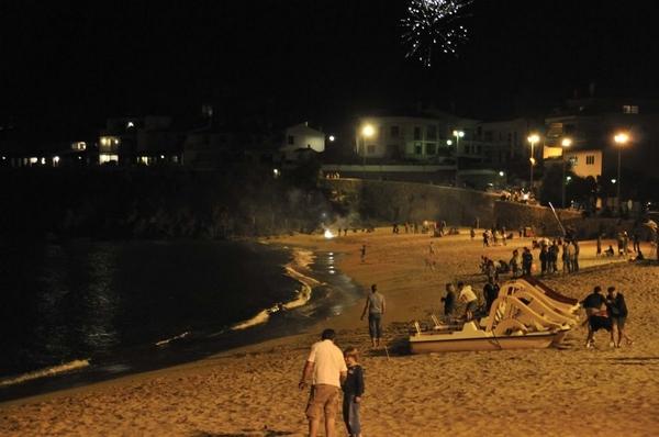 Junto con las hogueras, los petardos constituyen la otra tradición pirotécnica de la noche de San Juan en la Costa Brava. Las playas son aquí también el lugar más adecuado para disfrutar de ellos, sobre todo los más pequeños
