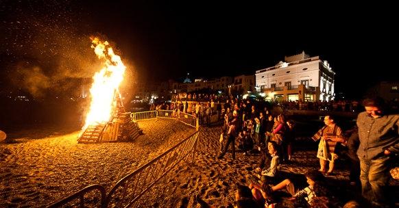 Las hogueras que se prenden en las playas de la Costa Brava durante la noche del 23 al 24 de junio, celebrando San Juan, son seguidas por locales y visitantes con caras de curiosidad y fascinación