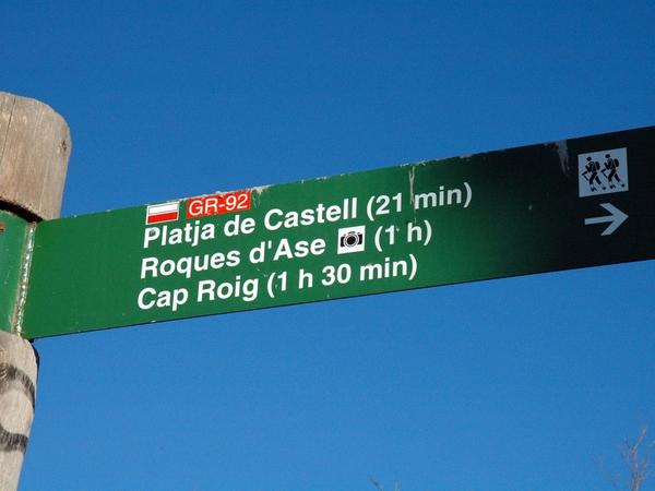 El sendero principal que cruza el espacio natural protegido de Castell-Cap Roig es el de gran recorrido GR-92, una antiguo sendero histórico que atraviesa de norte a sur toda España, desde Catalunya hasta Andalucia, pasando por el arco mediterráneo