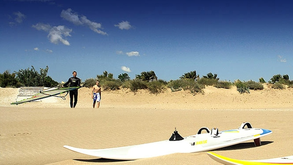 La Platja de les Dunes, que muestra también una vegetación protegida dunar adaptada al entorno, es un punto de encuentro de aficionados al windsurf y al kitesurf