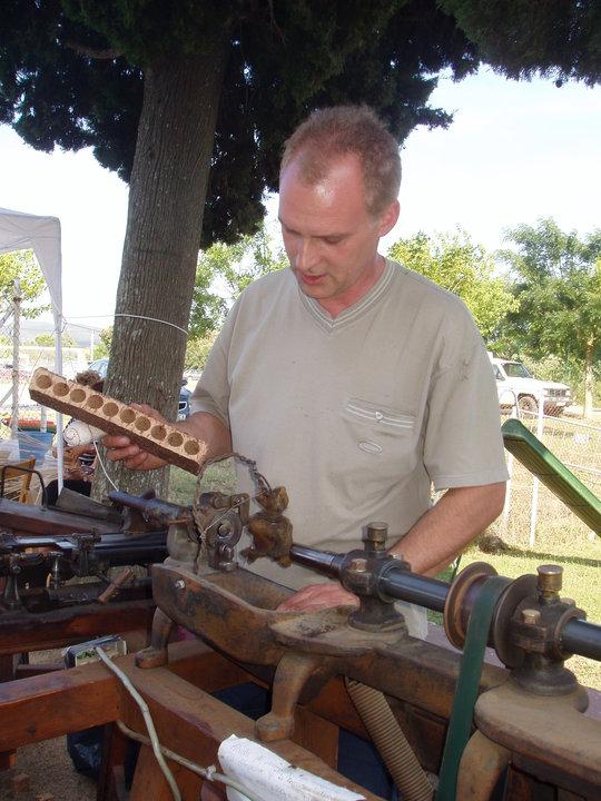 Al llegar al centro de Llofriu, comprobamos cómo los artesanos comienzan a trabajar el corcho que acabamos de extraer, y a menudo con antiguas máquinas, como esta que nos permite hacer tapones para las botellas de vino, por ejemplo