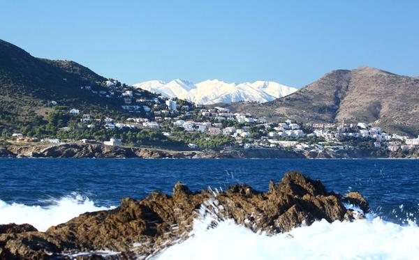 Desde el camino de ronda a Cala Cativa podemos ver las casitas blancas del centro del Port de la Selva y, en invierno, las montañas nevadas de los Pirineos