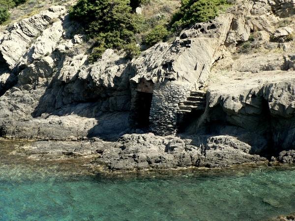 Una de las grandes sorpresas que nos espera en Cala Cativa, El Port de la Selva, es esta pequeña y antigua cabaña de pescadores, excavada en la propia roca de la cala