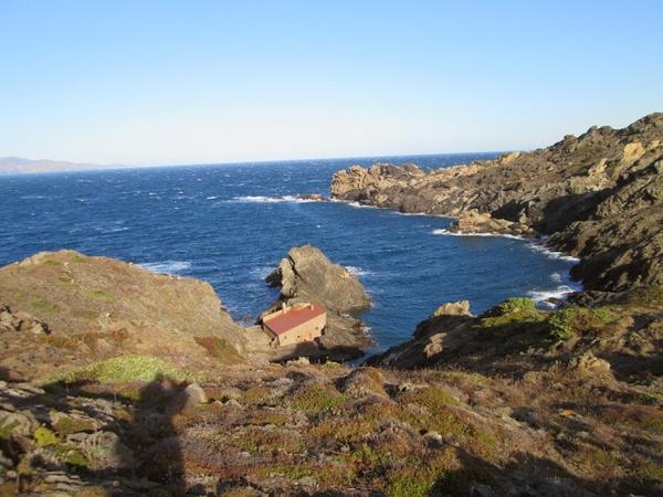 Cala Prona se encuentra en una bahía del Cabo de Creus, una zona montañosa, a la que sólo se puede acceder a pie o bien en barco o kayak