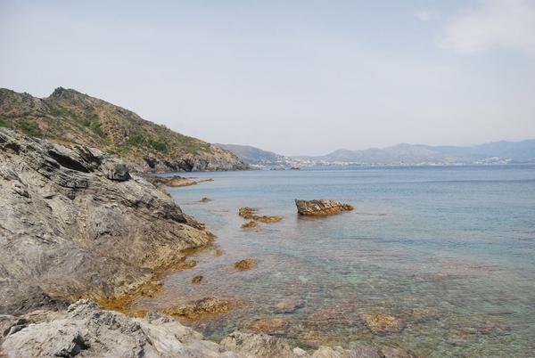 La costa que rodea Cala Torta, en pleno Cabo de Creus, es también muy irregular con paisajes muy naturales, y con las vistas de los Pirineos al fondo