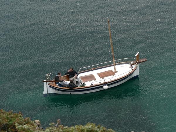 Esta parte de la Costa Brava es tan tranquila que, siempre que el viento de la Tramuntana lo permita, a los propietarios de pequeños barquitos les encanta navegar por este tramo con total tranquilidad. Desde el camino de ronda, en nuestro camino a Cala Torta, los podemos contemplar en pleno trayecto,