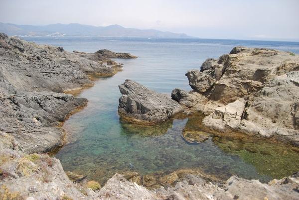 Cala Torta (en catalán 'torta' significa 'torcida'), en el Port de la Selva, posee aguas cristalinas y un fondo submarino fácilmente explorable, por su poca profundidad
