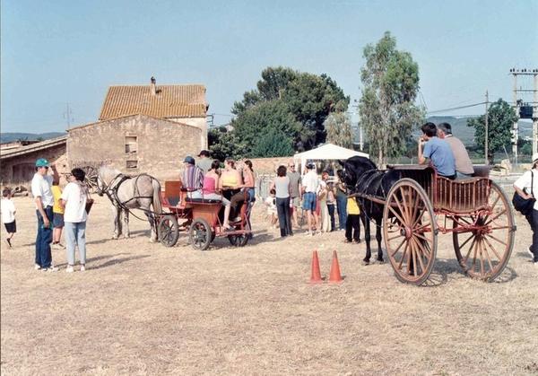 El centro del vecindario de Llofriu (un topónimo de origen germánico) se comienza los preparativos matinales para la Fiesta de la Pela del Corcho que durará durante toda la jornada