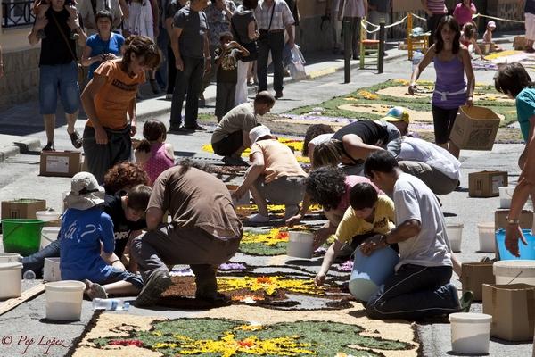 Imagen típica de la fiesta de las Enramadas de Arbúcies: los vecinos elaboran cuidadosamente con pétalos de flores las calles de este pueblo de la Costa Brava, a los pies de las montañas del Montseny