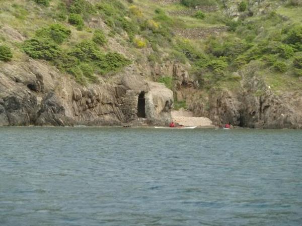 Cala Cativa es una pequeña cala virgen no muy lejana al centro del Port de la Selva aunque a menudo un tanto desconocida. Une buena manera de llegar es a través del camino de ronda o también en kayak, como vemos en esta imagen