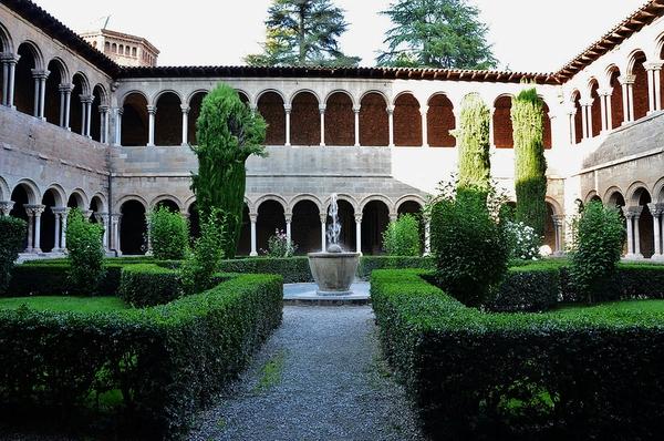 Claustro restaurado en el siglo XIX del Monasterio de Santa María de Ripoll, Girona