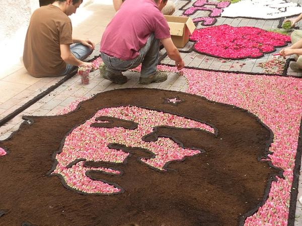 Las creaciones florales de las Enramadas hacen referencia a menudo a motivaciones personales o bien de actualidad. Aquí vemos cómo los vecinos de esta calle crean con los pétalos de las flores el rostro de Ernesto Che Guevara.