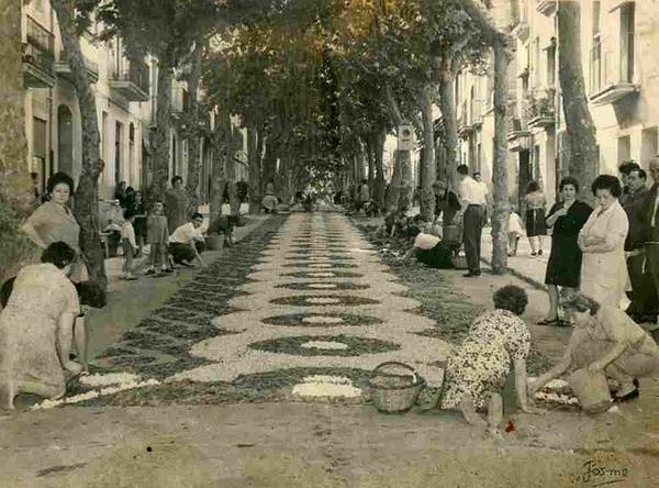 Las fiestas Enramades de Arbúcies tienen ya más de 5 siglos de antigüedad. Aquí vemos a los vecinos preparando el tapiz de flores sobre su calle a mediados del siglo XX