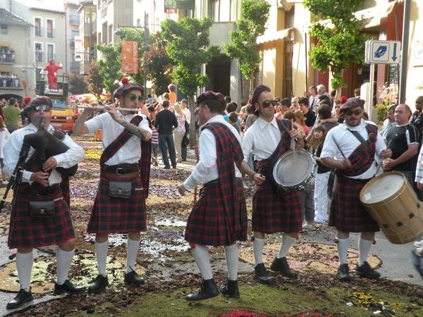 Banda de música tocando sobre las calles de Arbúcies durante la fiesta de las Enramadas