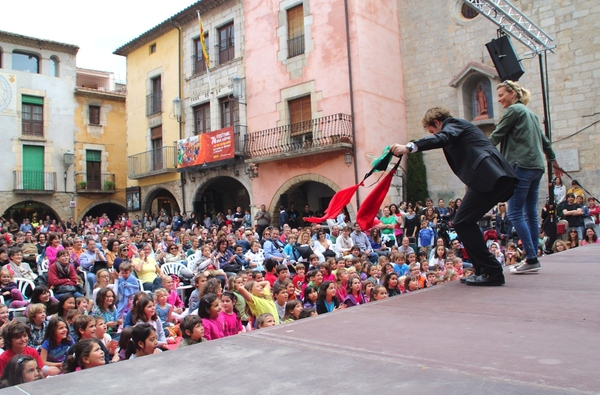 En los espectáculos que se llevan a cabo en la Feria de Magia de Torroella de Montgrí, la FIMAG, los espectadores toman a menudo parte de los trucos del mago, y para ello tendrán que subir a escena, ante la mirada atónita del resto de asistentes.